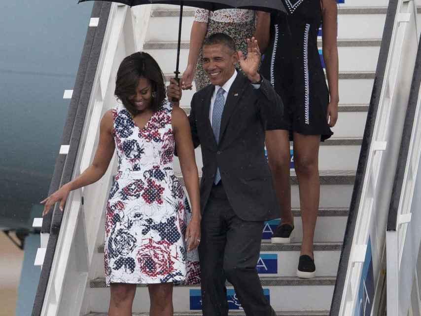 La familia Obama baja del Air Force One en Cuba