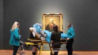 Una paciente de esclerosis lateral amiotrófica pidió como último deseo ir a ver la obra de Rembrandt.