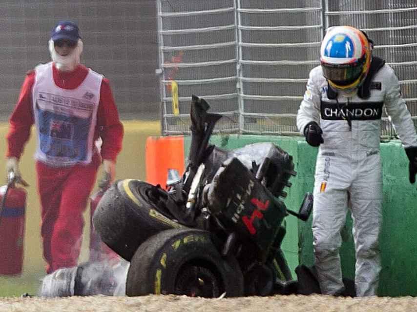 Fernando Alonso sale ileso tras un duro accidente.