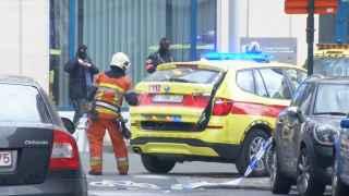 Personal de emergencia junto a la estación de Bruselas donde ha ocurrido la explosión.