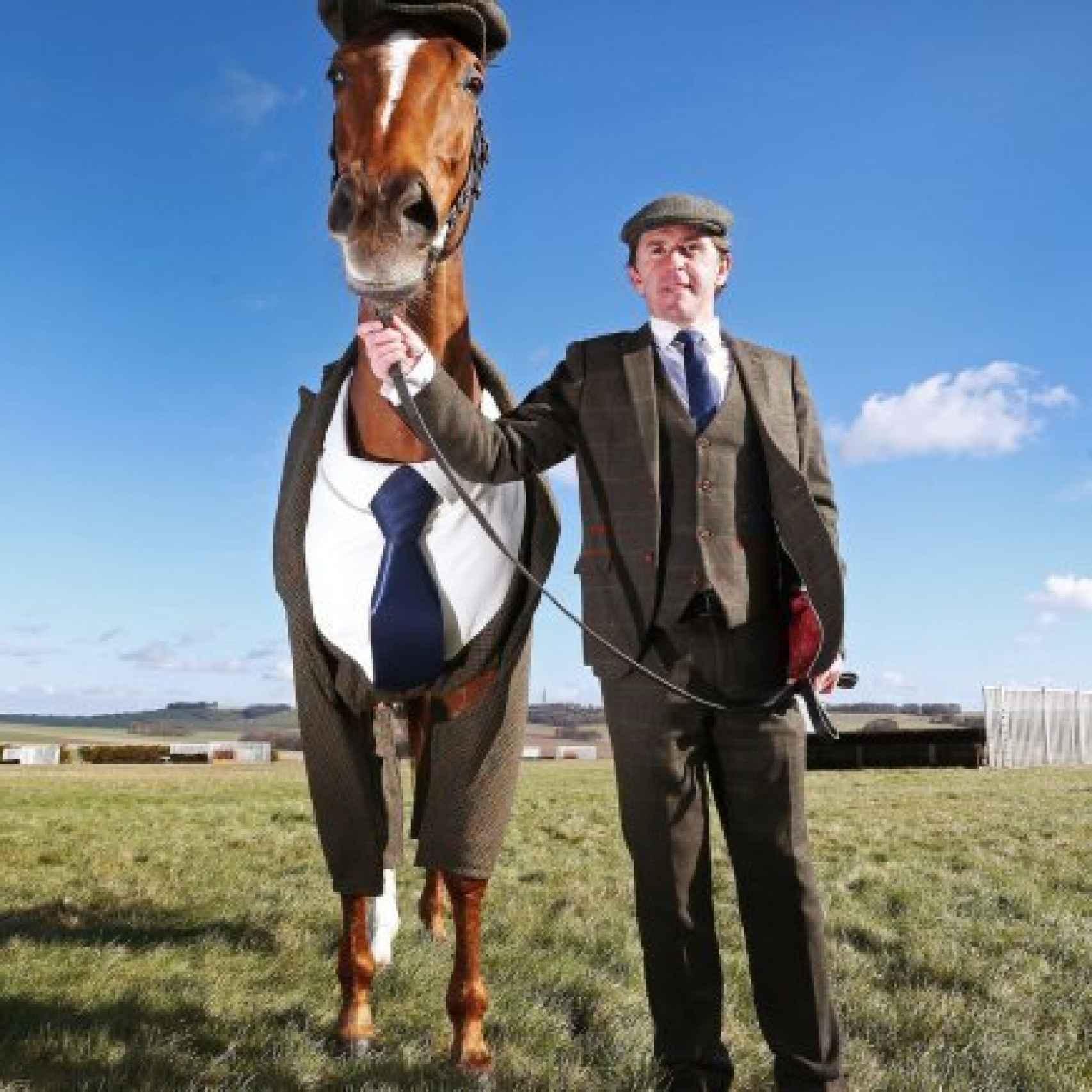 El primer caballo del mundo en traje junto a Sir Anthony McCoy