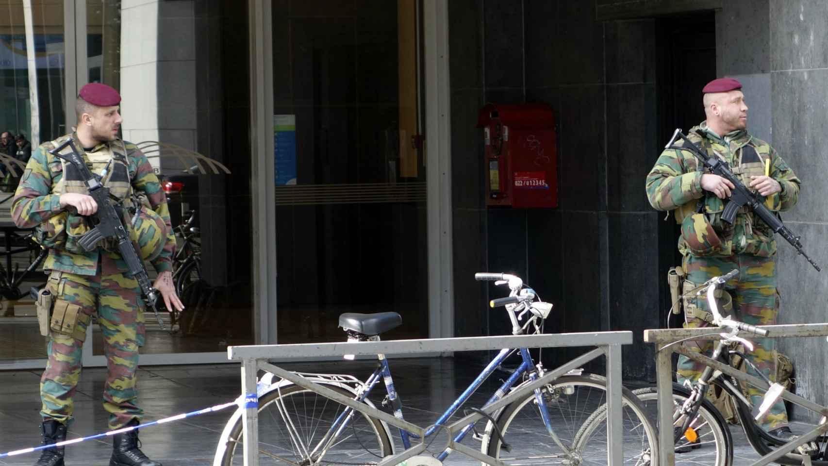Dos soldados montan guardia a las puertas del metro en Bruselas.