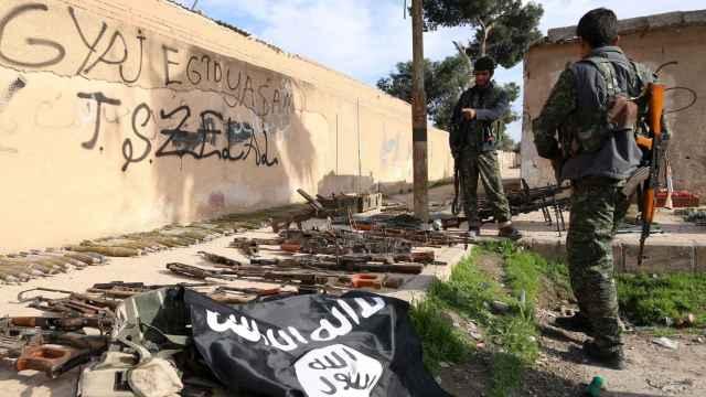 Rebeldes sirios en el frente de batalla contra el EI, ayer en Siria.