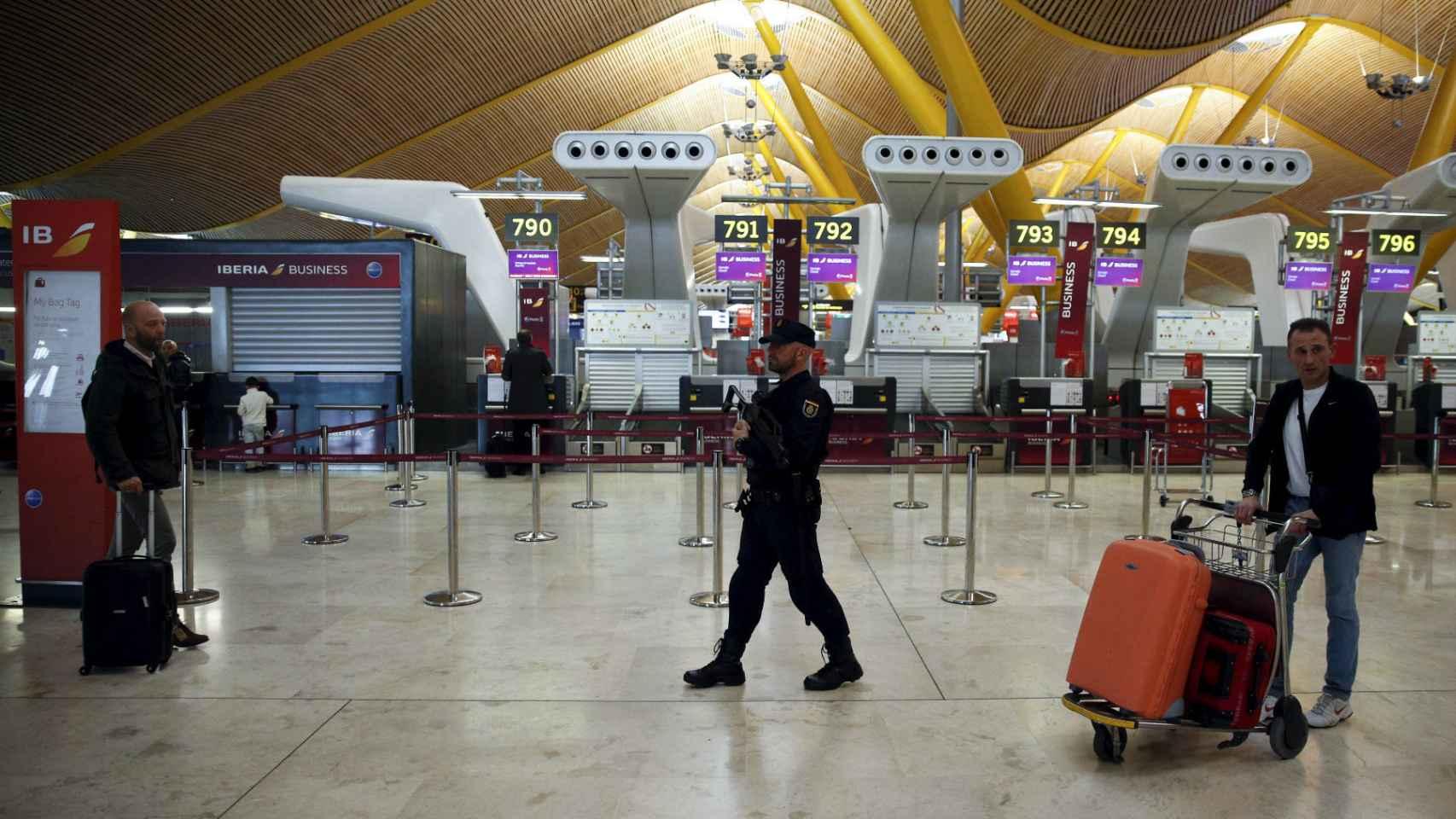 Policía en el aeropuerto de Barajas.