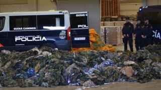Uniformes interceptados por la Policía Nacional en un contenedor el pasado mes de marzo.