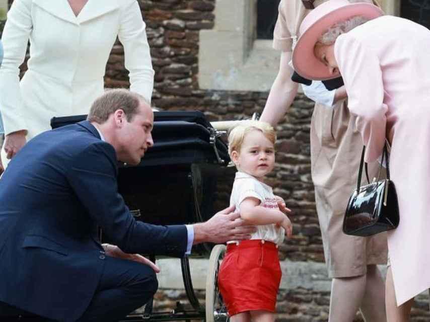 El príncipe William y George con Isabel II en el bautizo de Charlotte