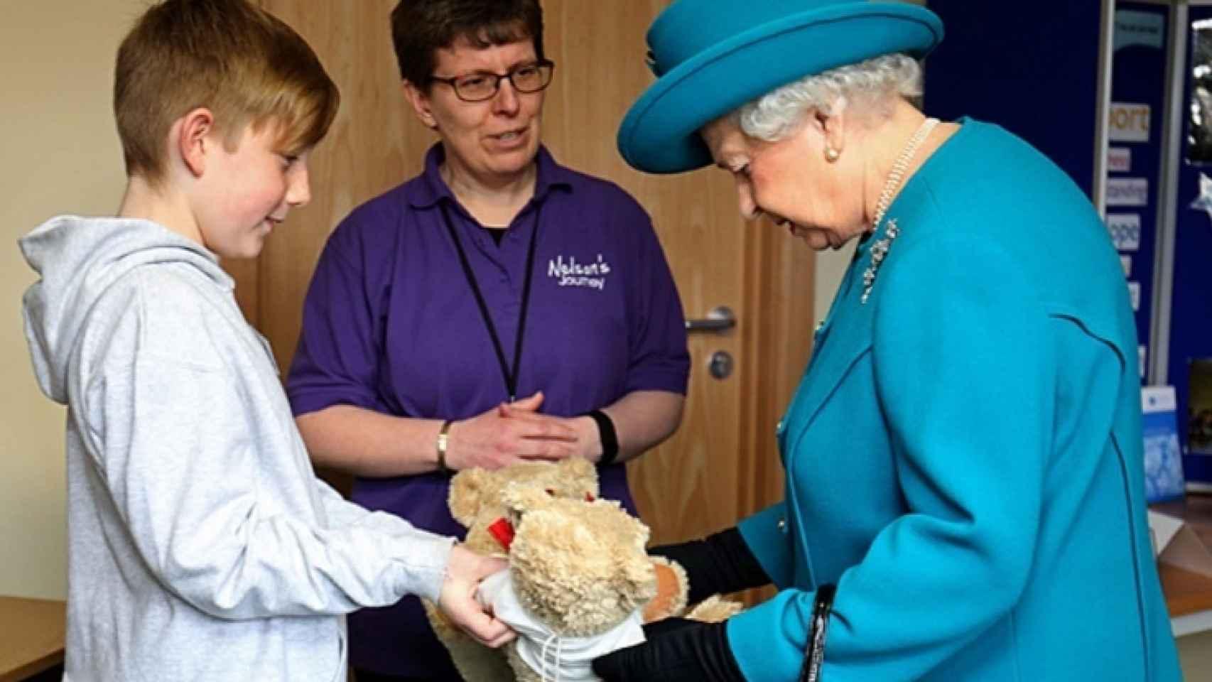 Isabel II recibe dos osos de juguete para George y Charlotte en el hospìtal de Norfolk