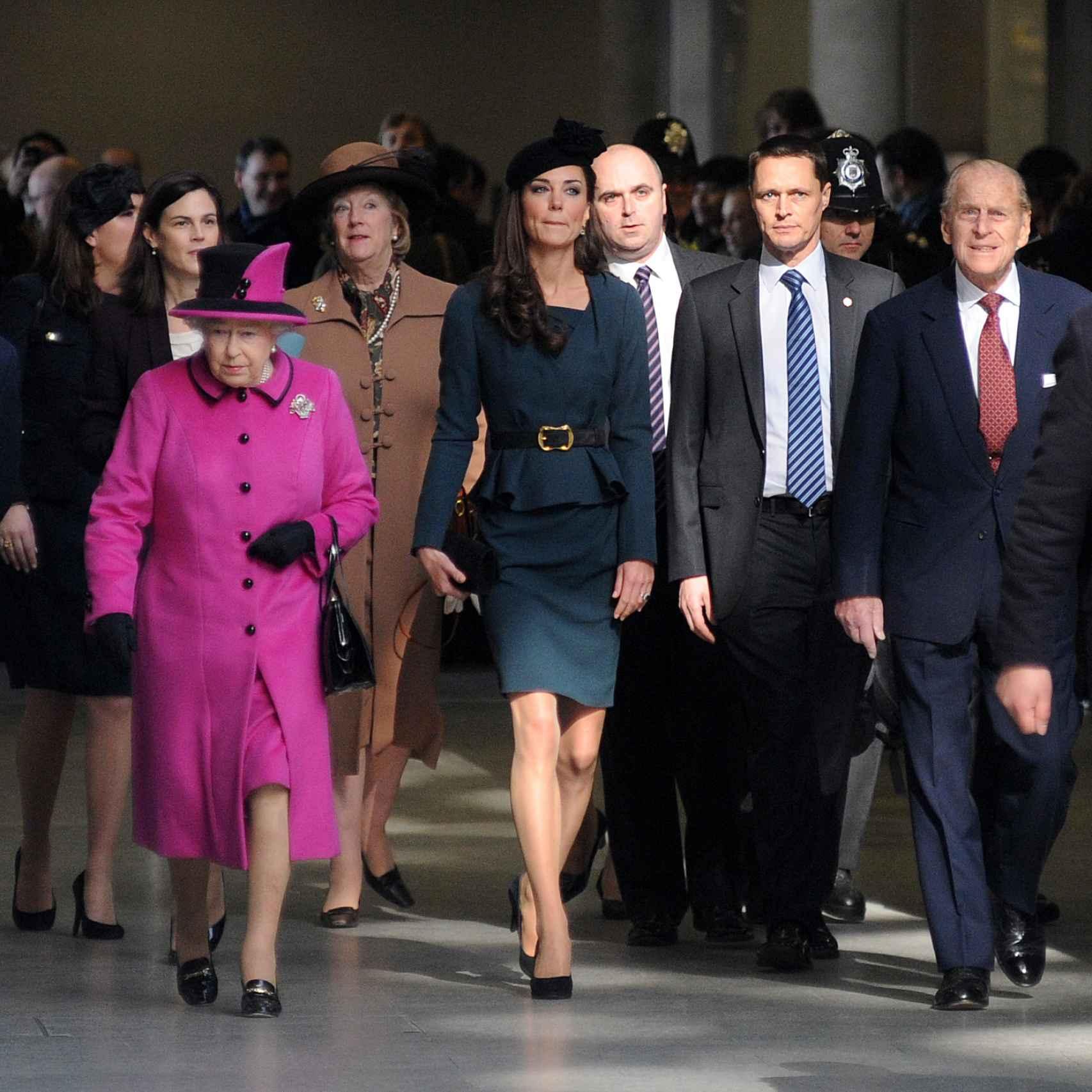 Isabel II, Kate Middleton y Felipe de Edimburgo en Felipe de Edimburgo en Leicester