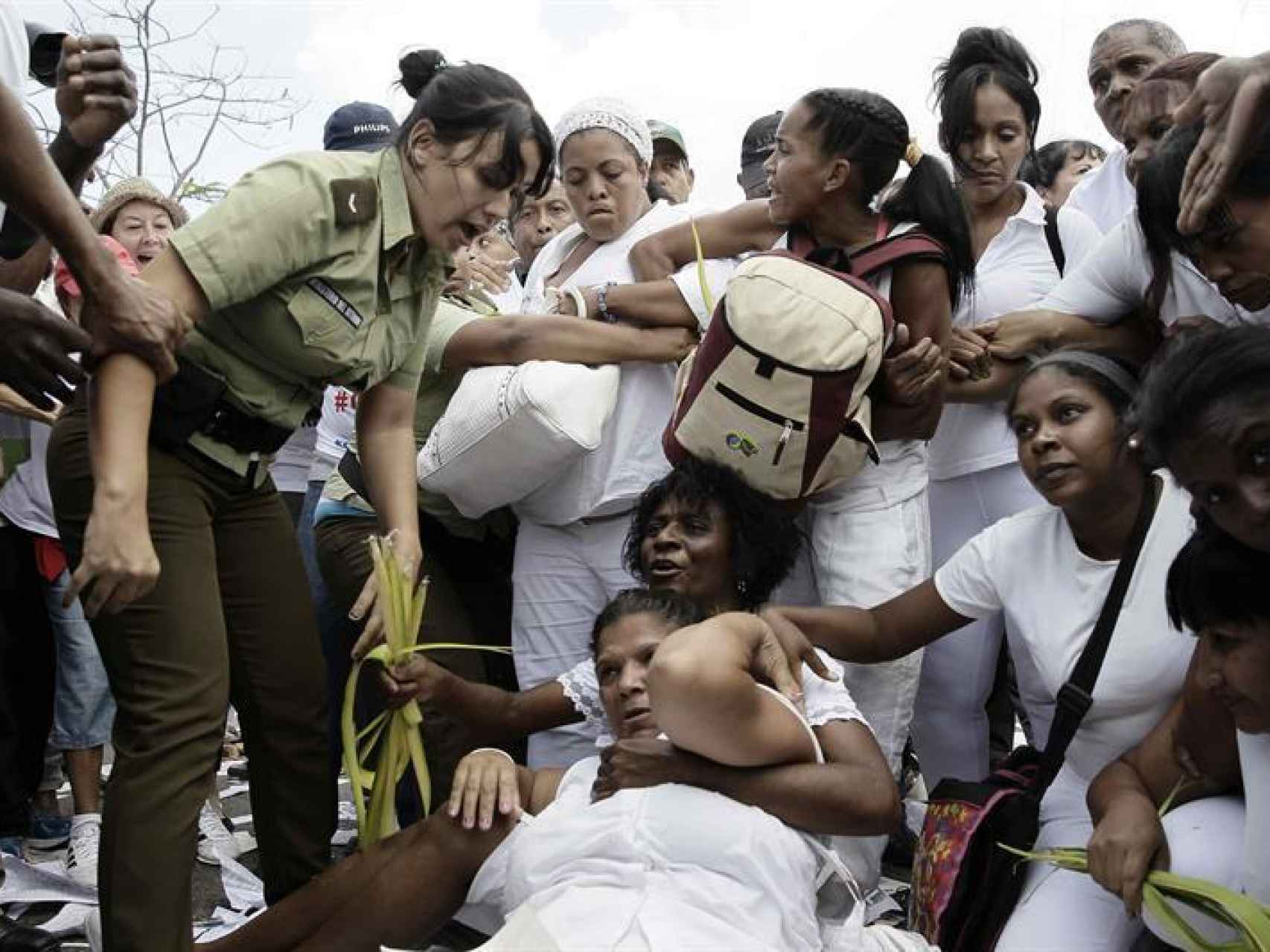 Miembros de las Damas de Blanco son arrestadas por la Policía/Jeffrey Arguedas/EFE