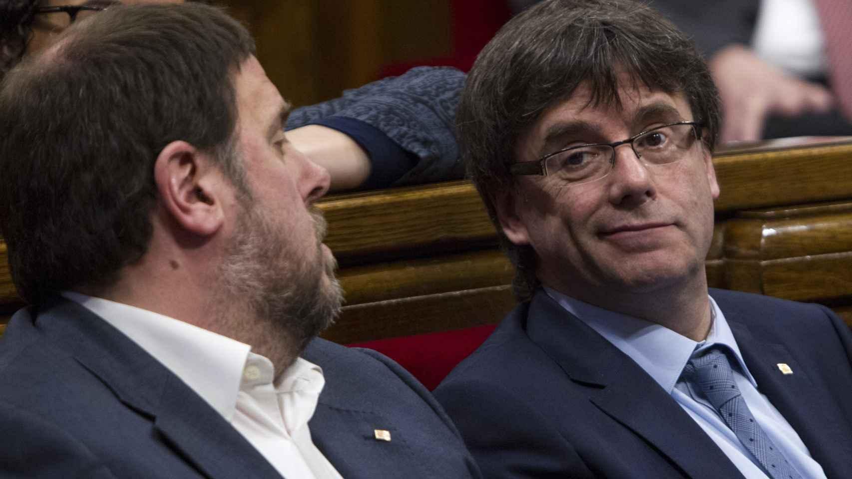 El vicepresidente del Govern, Oriol Junqueras, junto al presidente, Carles Puigdemont .