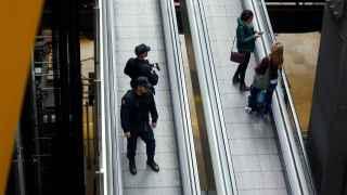 Agentes de Policía patrullan en el aeropuerto de Madrid.