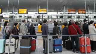 Turistas en el aeropuerto de Munich.