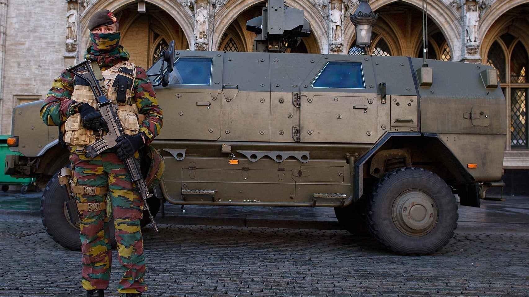 Un militar desplegado en la Grande Place.