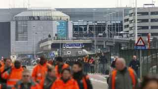 Numerosas personas abandonan el aeropuerto de Zaventem tras las explosiones