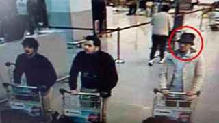 Imagen de los tres presuntos terroristas del atentado de Zaventem. A la derecha, el yihadista huido
