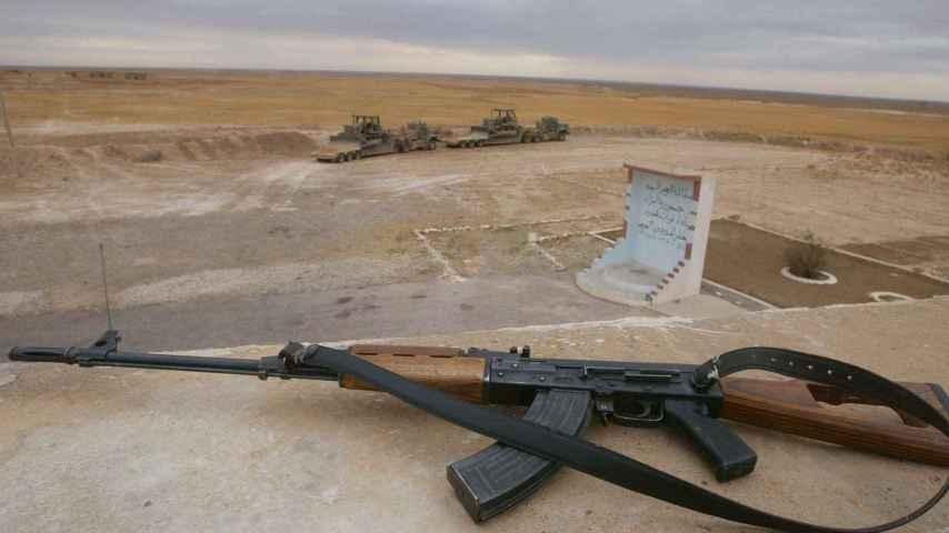 Un fusil ak-47, en la frontera entre Irak y Siria.