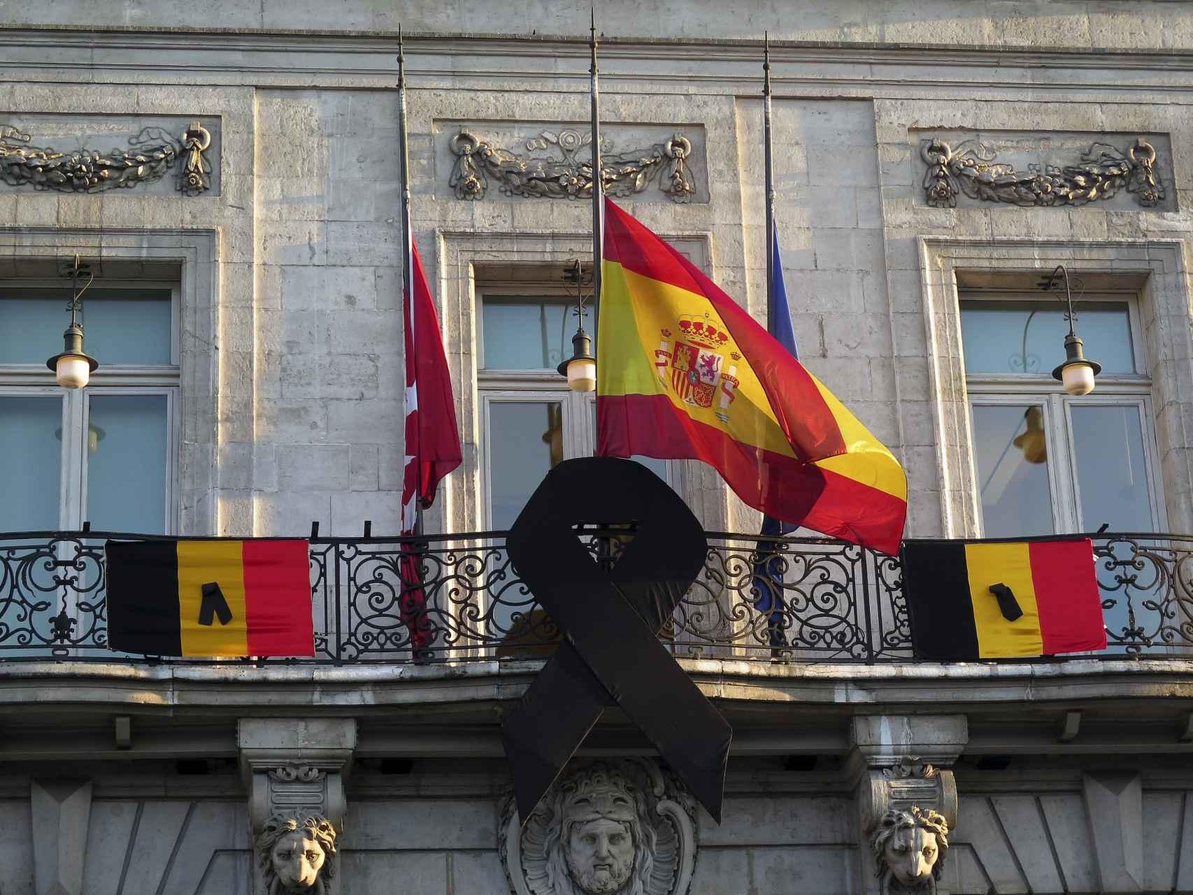 La bandera española a media asta/Paul Hanna/Reuters