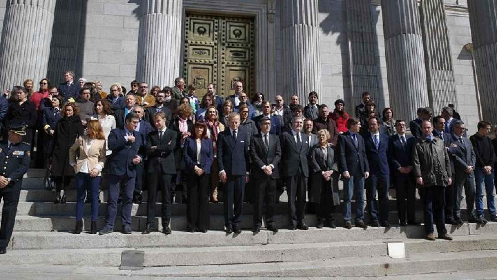 Patxi López y el embajador de Bélgica,  a su derecha, entre otros, durante el homenaje.