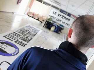 """Un 'militante' del Hogar Social Madrid frente a una pancarta: """"La verdad antes que la paz""""."""