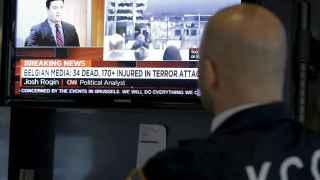 Un operador observa las noticias del 22M en Bruselas.