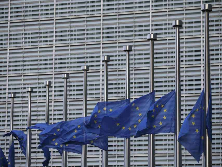 Banderas a media asta en la Comisión Europea.