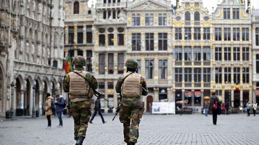 Dos militares vigilan la Grand Place de Bruselas.