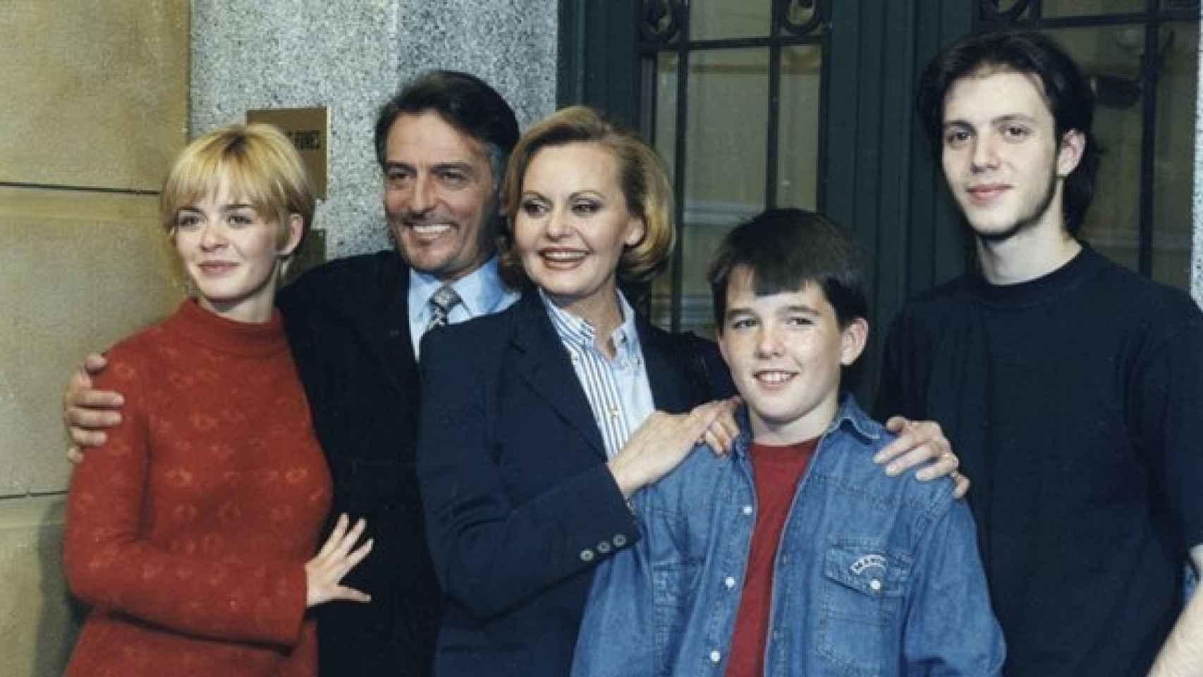 Rocío Dúrcal con los protagonistas de la serie Los negocios de mamá