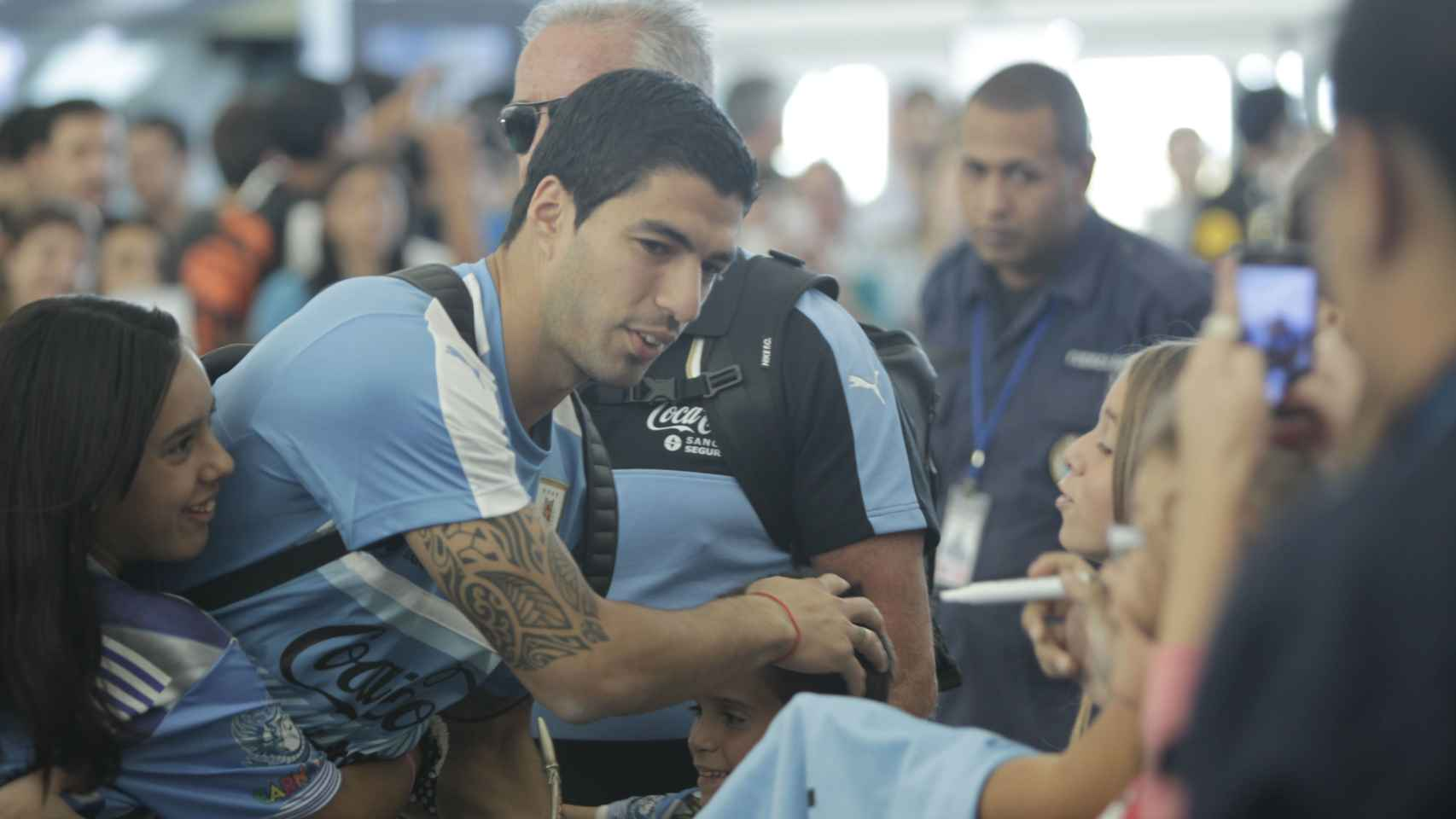 Luis Suárez firma autógrafos en Montevideo.