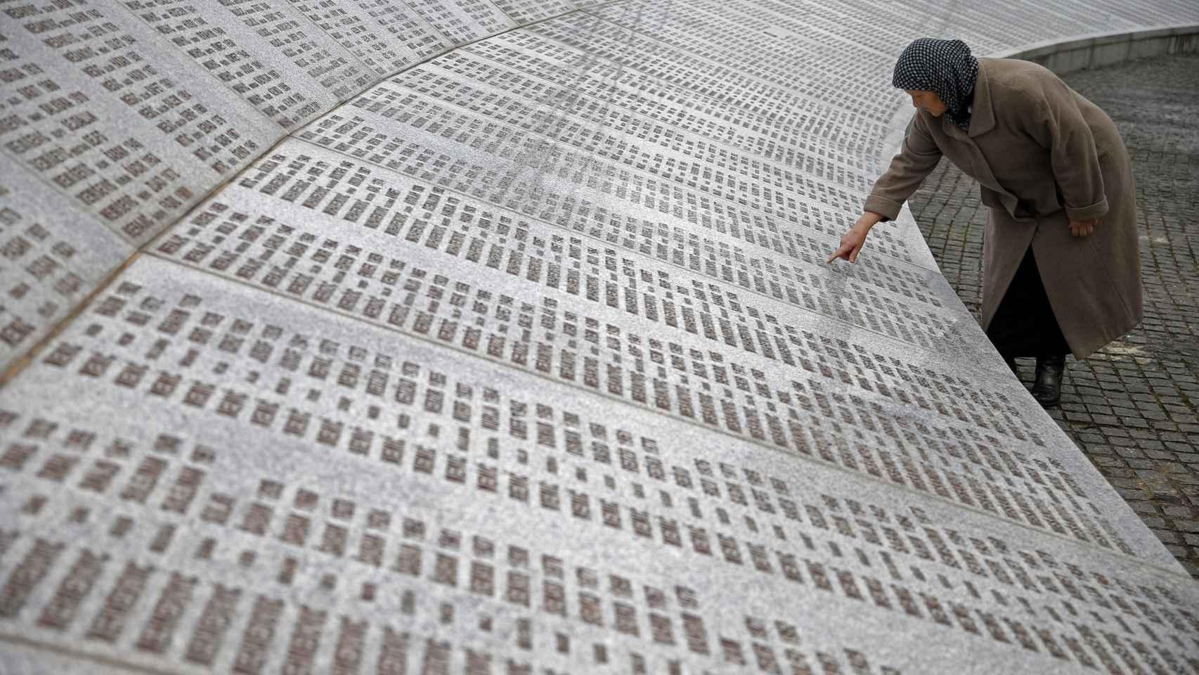 Una mujer busca entre los nombres de los muertos en Srebrenica.
