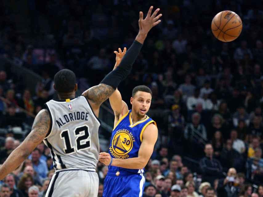 Curry pasa la pelota contra los San Antonio Spurs.