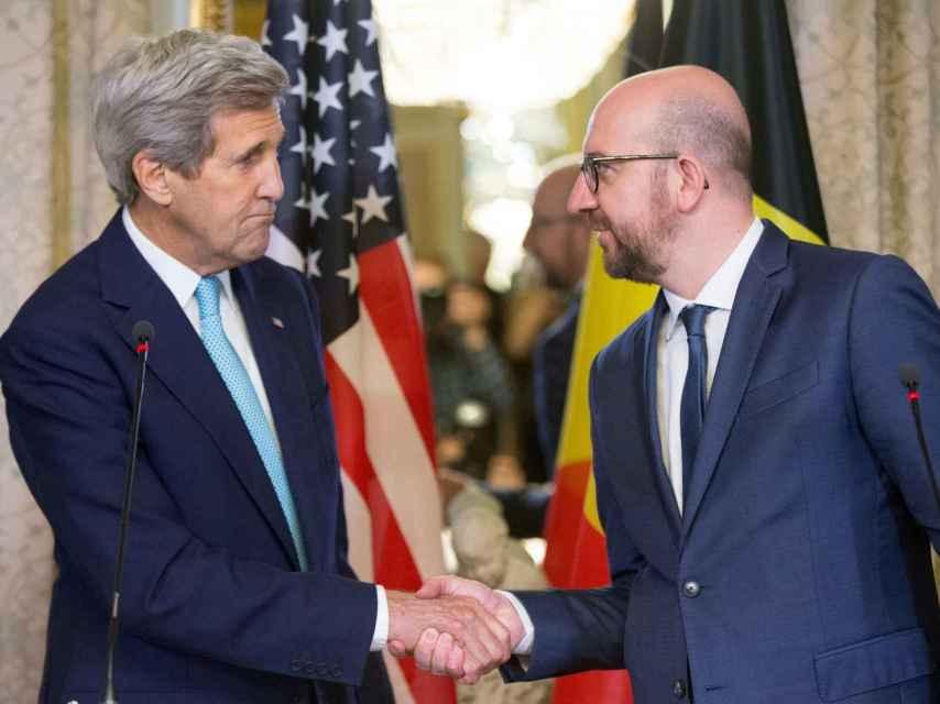 Kerry saluda al primer ministro belga, Charles Michel