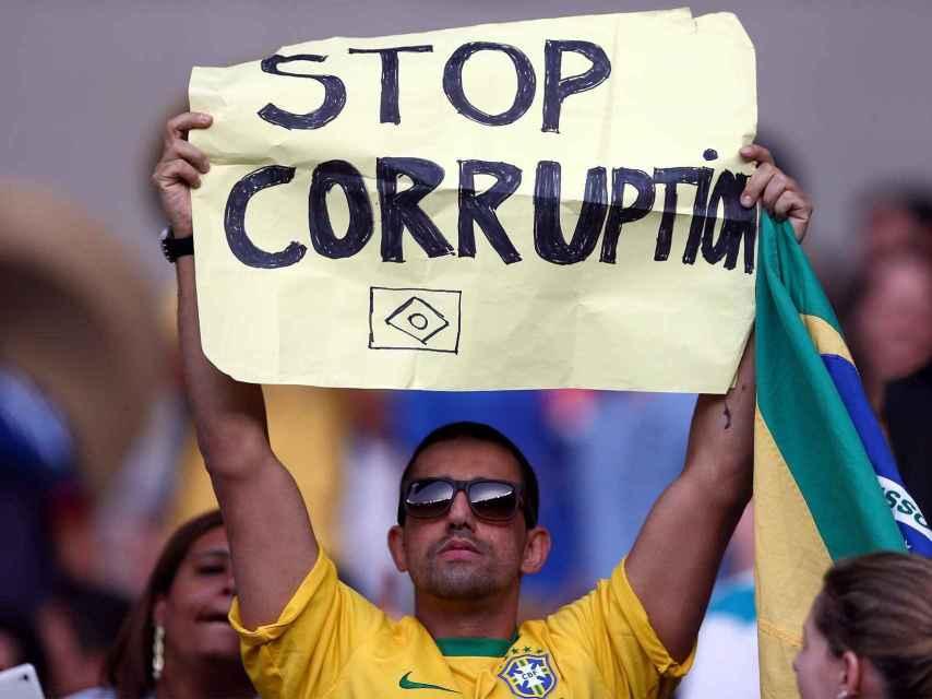Un brasileño protesta contra Lula.