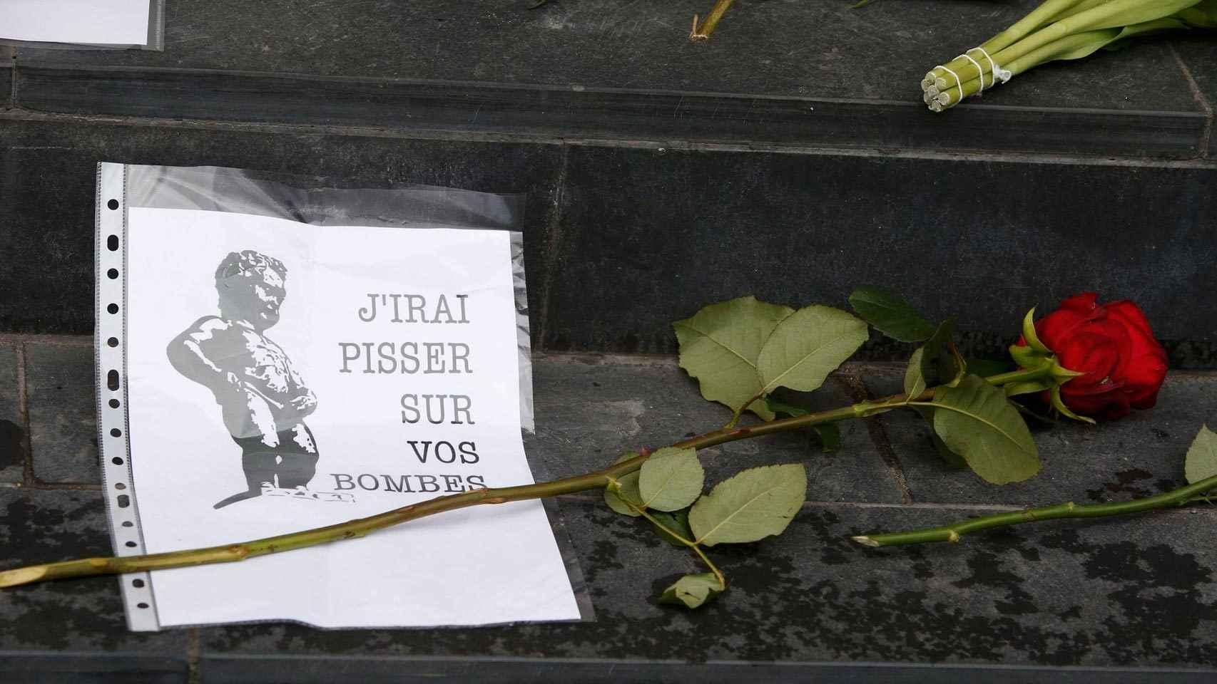 Una foto del Manneken Pis en los escalones de la embajada belga en Berlín.