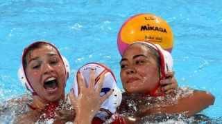 Las jugadoras de la selección femenina de waterpolo celebran el triunfo ante Holanda.