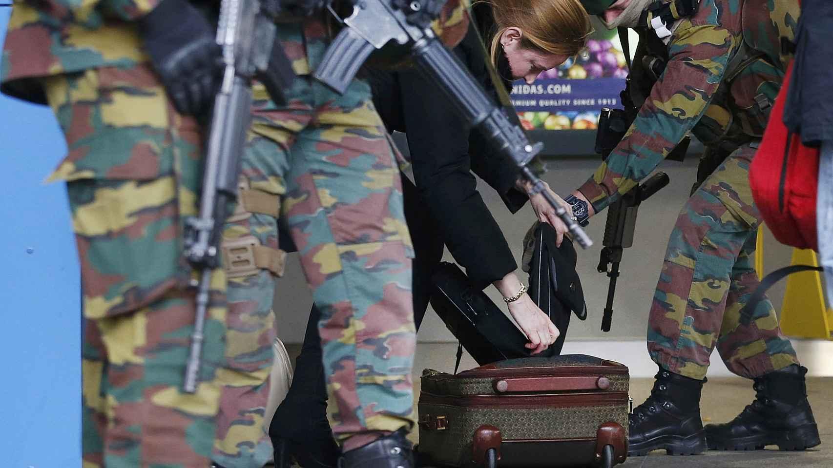Soldados comprobando el equipaje de una mujer tras los atentados del 22-M.