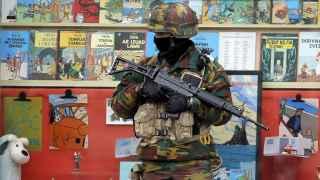 Un soldado delante de una tienda en el centro de Bruselas este miércoles.