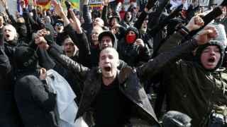 Los radicales de ultraderecha, concentrados en la plaza de la Bolsa de Bruselas.
