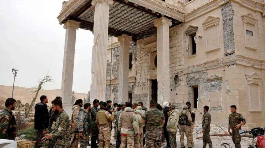 Soldados del Ejército sirio junto a uno de los palacios de Palmira