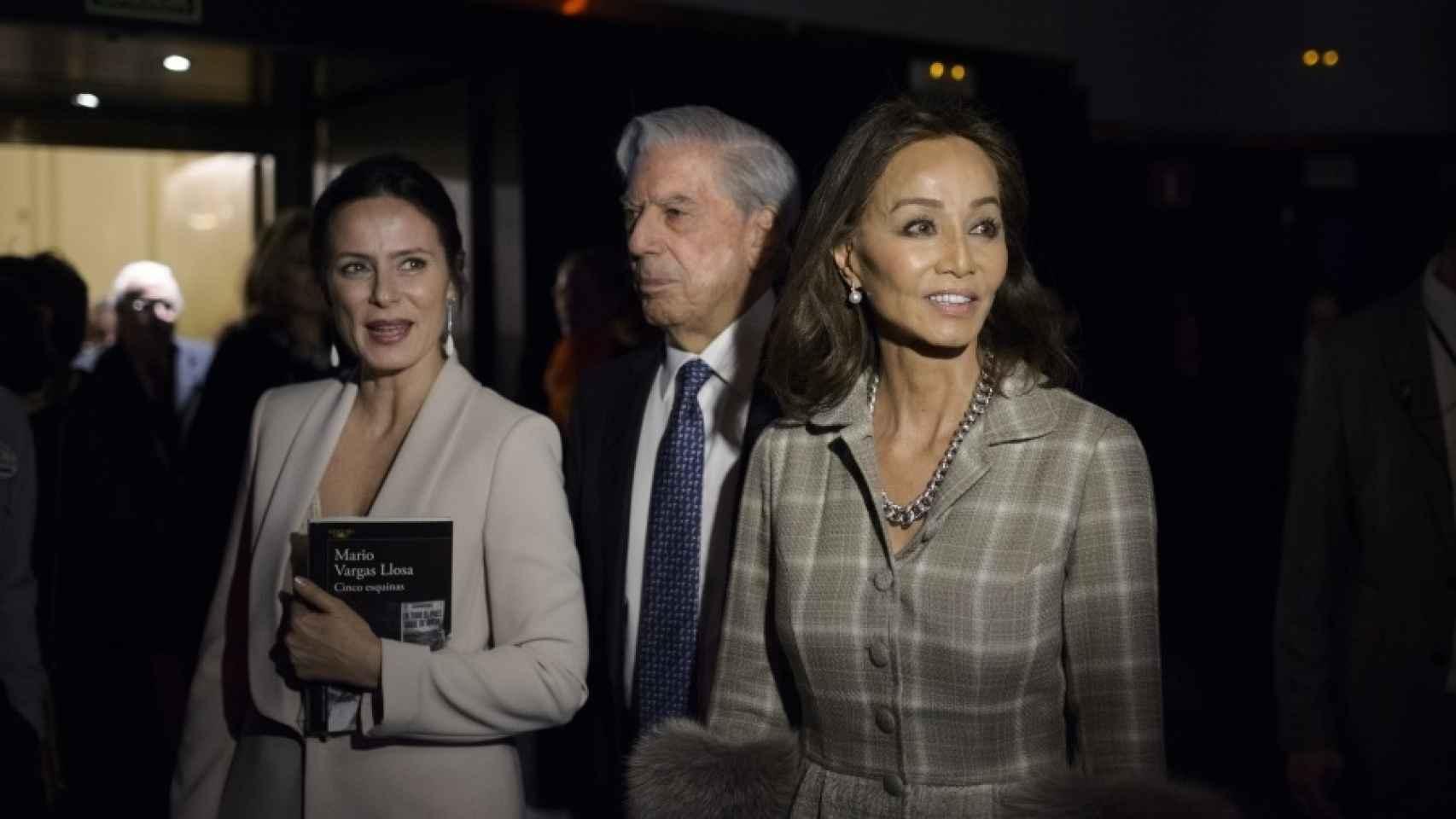 Aitana Sánchez Gijón y la pareja, en la noche de luces de la nueva novela.