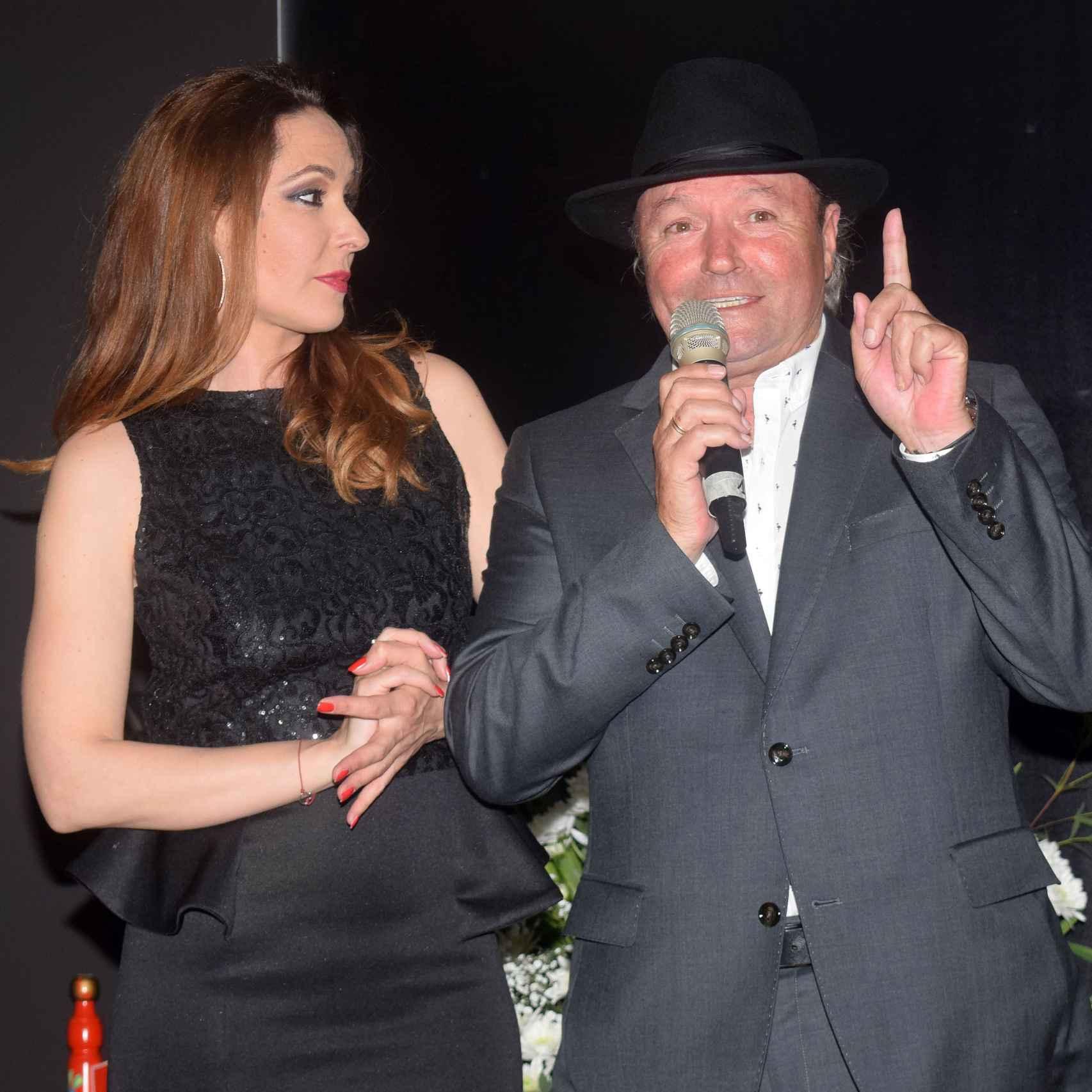 Rosario Mohedano y Amador Mohedano en la inauguración de 'La más grande' en Chipiona