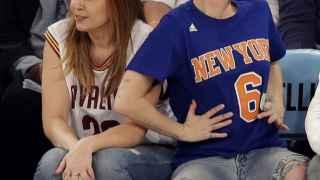 Miley Cirus luce anillo (y lengua) en el baloncesto