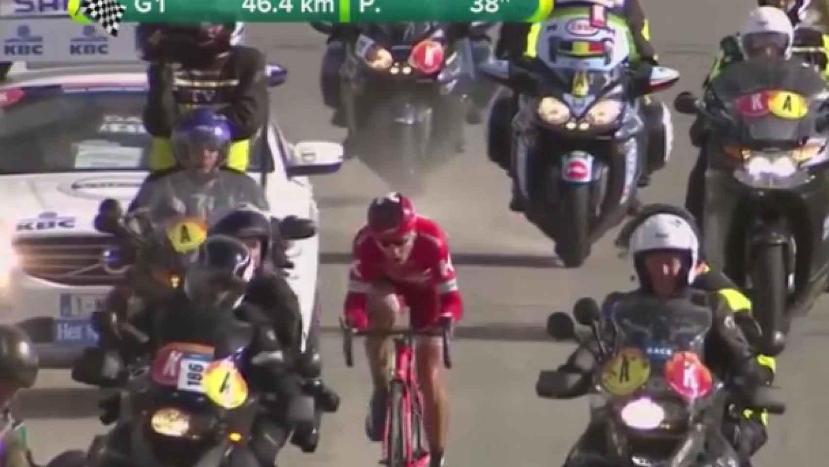 El ruso Kuznetsov, escapado y rodeado de motos, durante la Gante-Wevelgem.