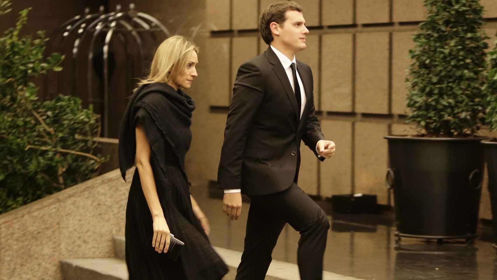 Albert Rivera y su novia Beatriz Tajuelo llegando a la fiesta de cumpleaños del Nobel