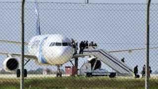 Algunos pasajeros abandonan el avión de Egypt Air secuestrado.