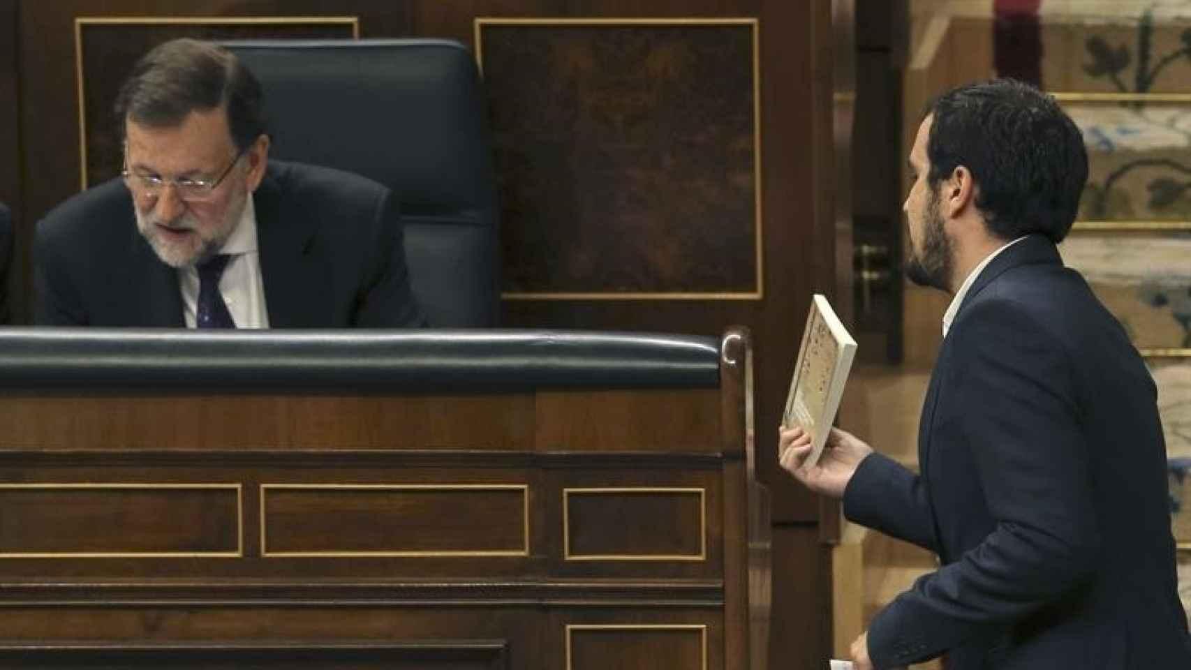 Alberto Garzón regala un libro de Keynes a Rajoy.