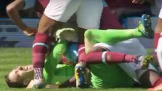 Adrian celebra su tanto ante las leyendas del West Ham.