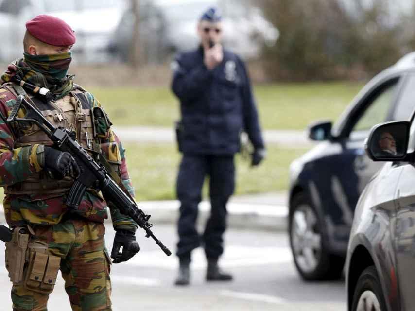 Las fuerzas de seguridad belgas vigilan el acceso al aeropuerto de Zaventem