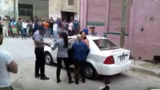 La Policía Revolucionaria intenta detener a la opositora.