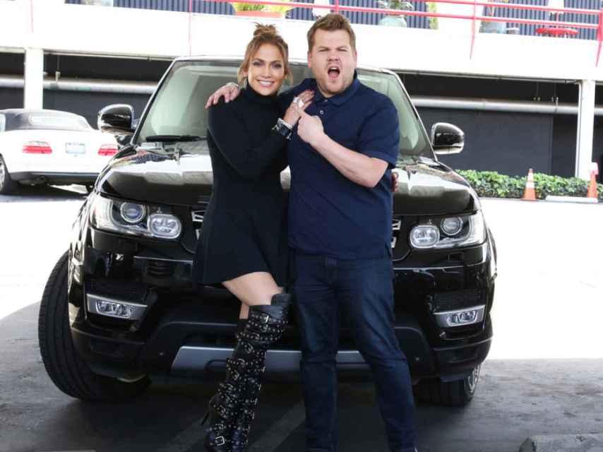 Jennifer Lopez y James Corden antes de empezar el programa Carpool Karaoke