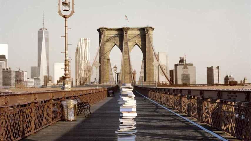 Una pila de libros en el puente de Brooklyn